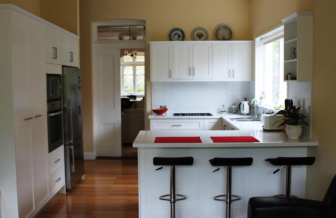 Classic contemporary kitchens for Classic contemporary kitchen